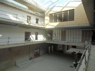 Le hall avec vue sur la salle d'arts plastiques